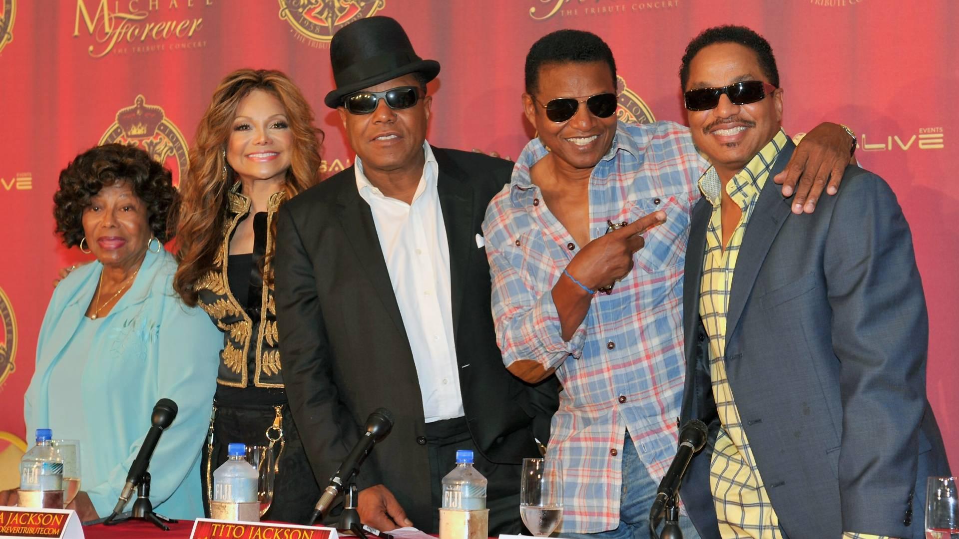 Da esquerda para a direita, a mãe de Michael Jackson, Katherine, a irmã La Toya e os músicos Tito, Jackie e Marlom Jackson em coletiva de imprensa para promover o tributo