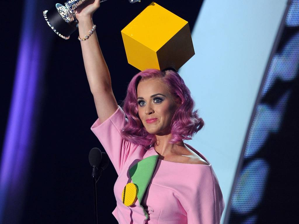Katy Perry levanta o prêmio de clipe do ano no VMA 2011, em Los Angeles (28/09/2011)