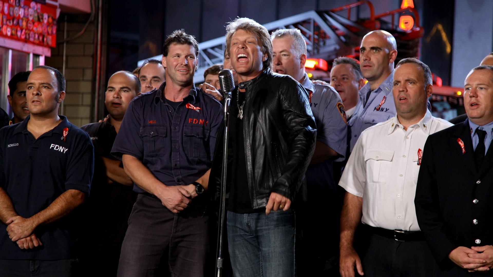 Jon Bon Jovi (centro) em gravação de especial em homenagem aos bombeiros que atuaram no 11 de setrembro (07/09/2011)