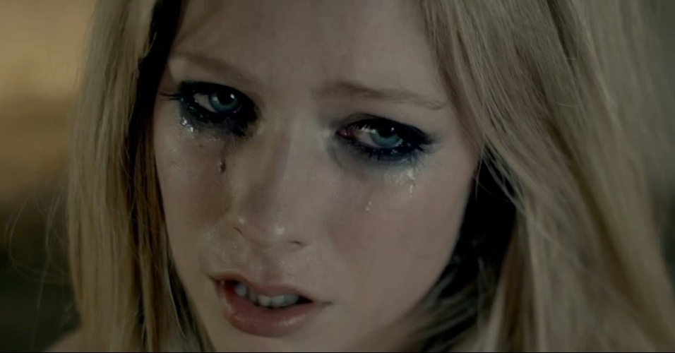 A cantora Avril Lavigne no clipe de