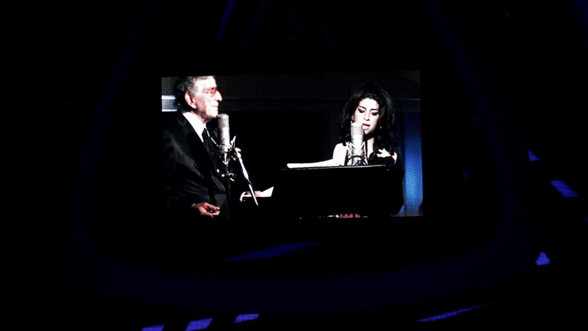 Tony Bennett canta com Amy Winehouse em vídeo exibido no telão do MTV Video Music Awards 2011 (29/08/2011)