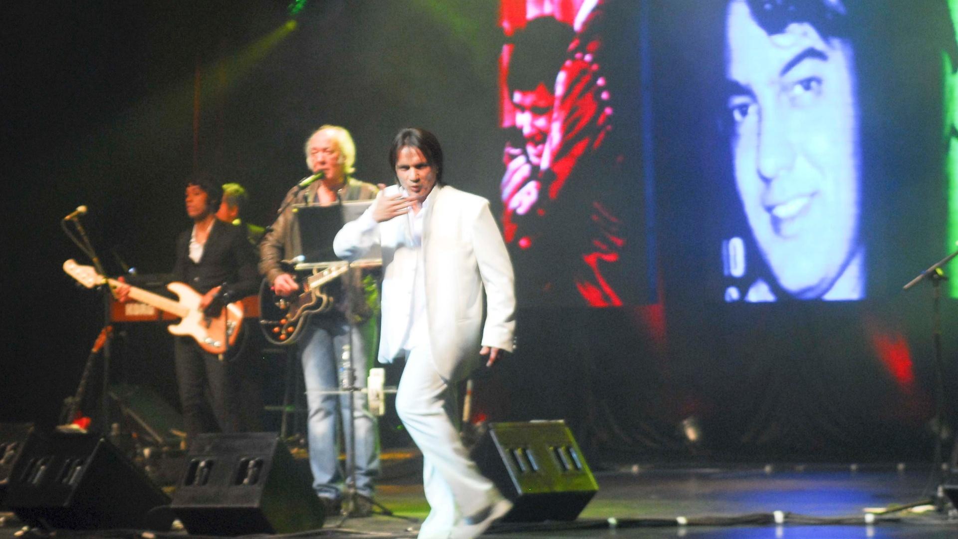 Sósia de Roberto Carlos divide o palco com Erasmo Carlos (14/9/11)