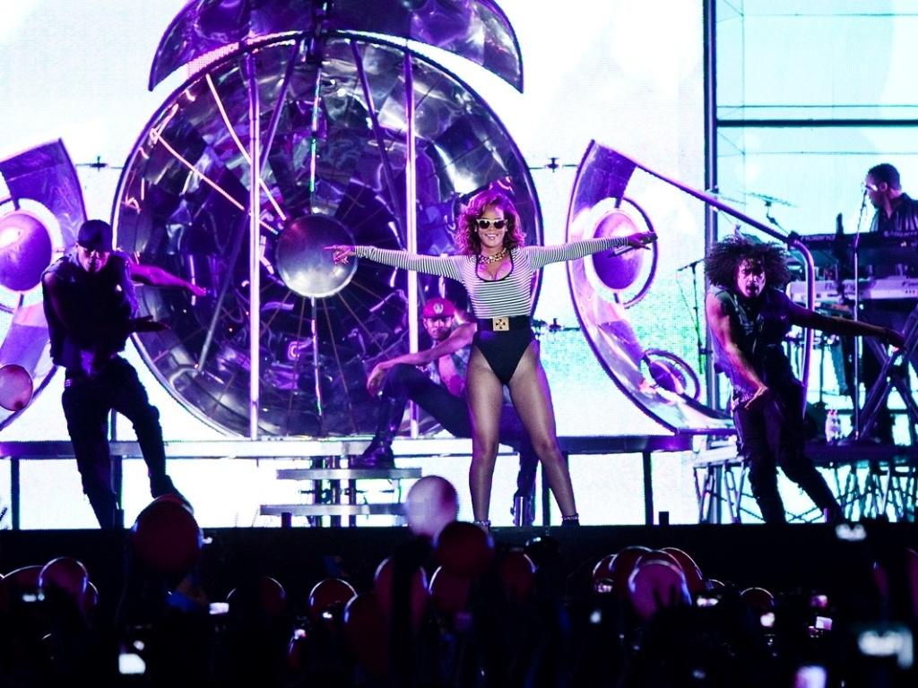 Rihanna apresenta show em SP
