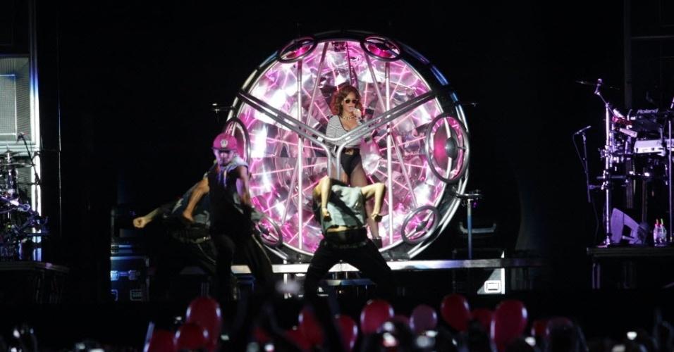 Rihanna sobe ao palco, dando início ao show, com mais de 1h de atraso
