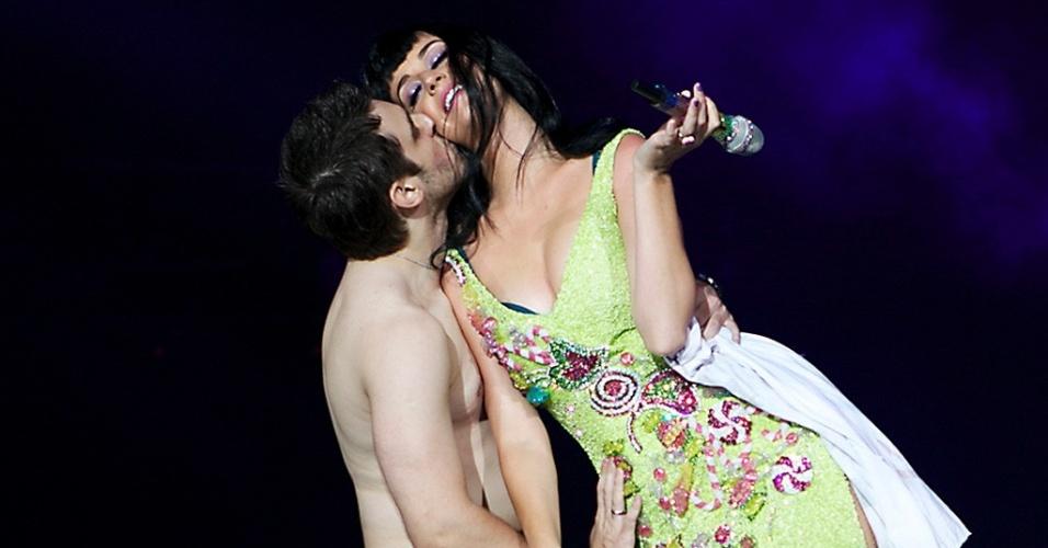 Fã beija Katy Perry no palco do Rock in Rio (23/9/2011)