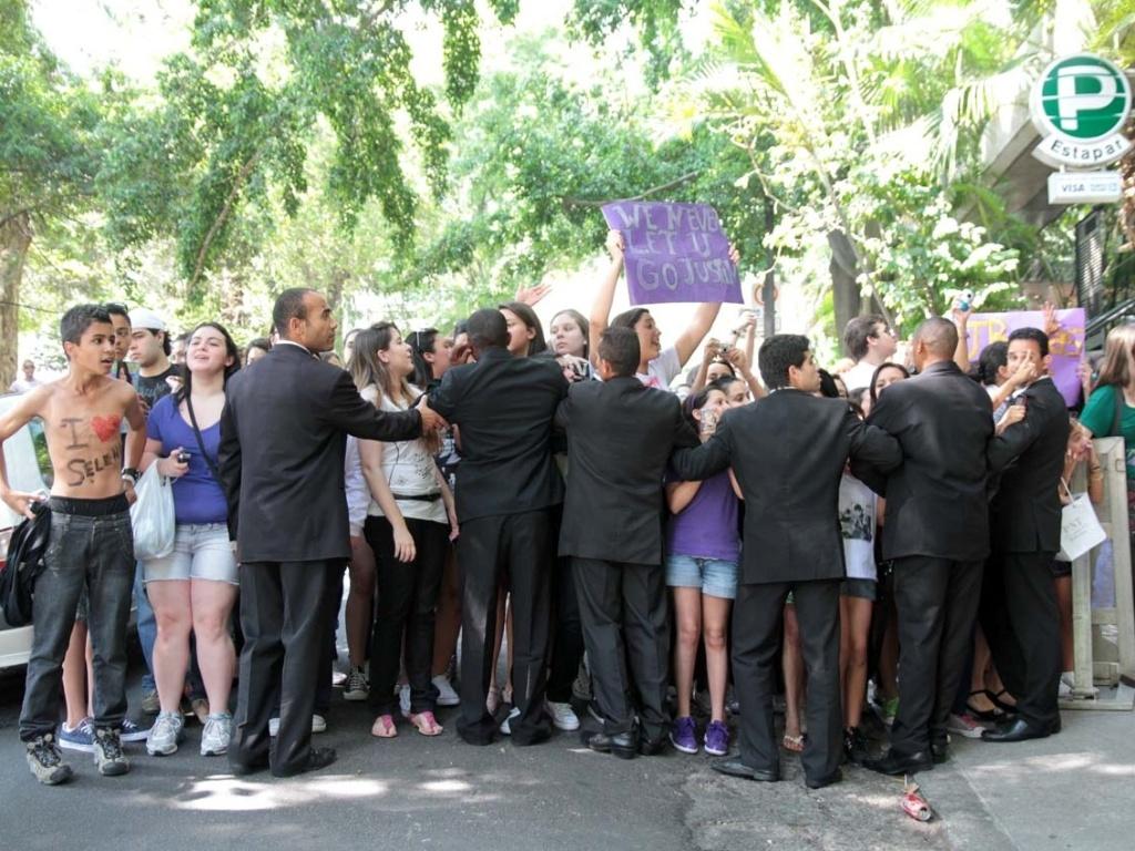 Fãs se aglomeram na porta de hotal para ver Justin Bieber em São Paulo (7/10/2011)