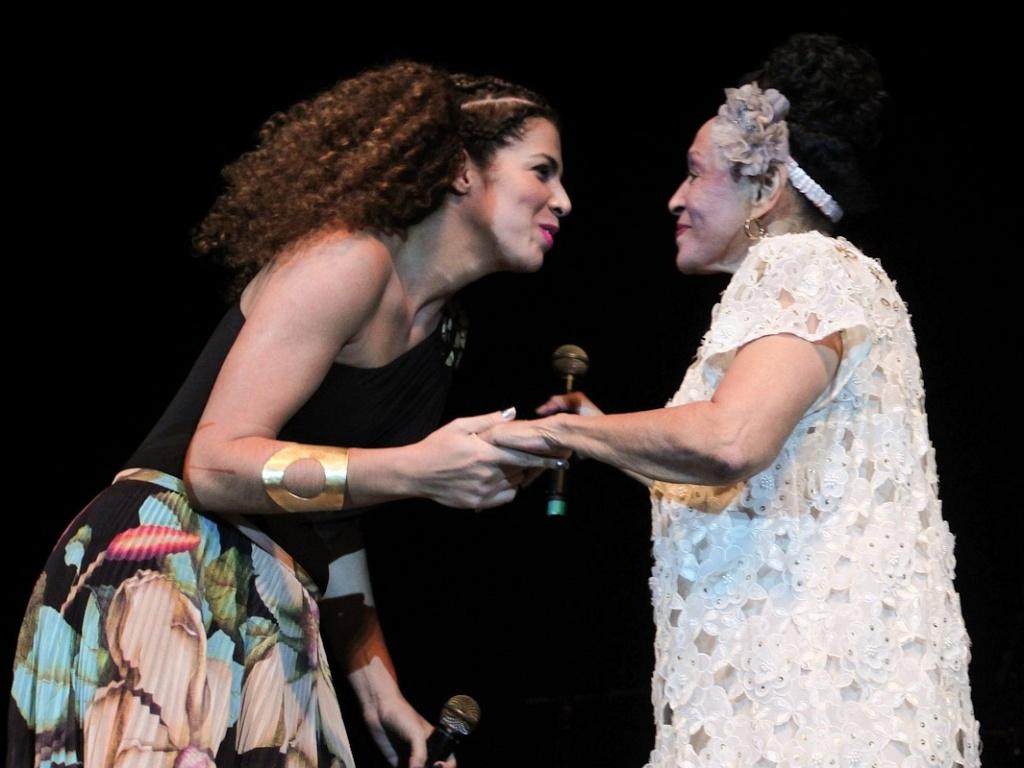Vanessa da Mata faz participação no show de Omara Portuondo com a Orquestra Buena Vista Social Club, em São Paulo (20/10/2011)