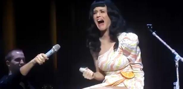 Katy Perry se atrapalha ao tentar tocar a flauta