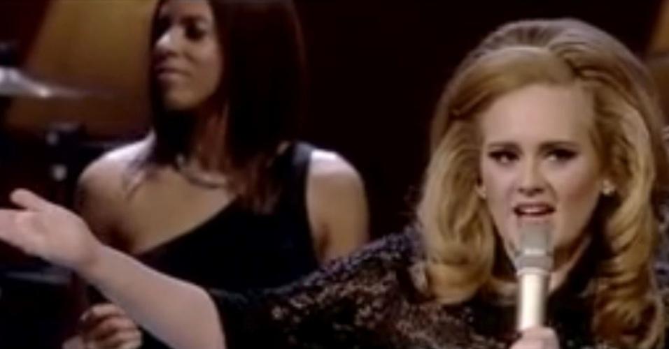 Adele aponta para a melhor amiga, que está na plateia, em show em Londres