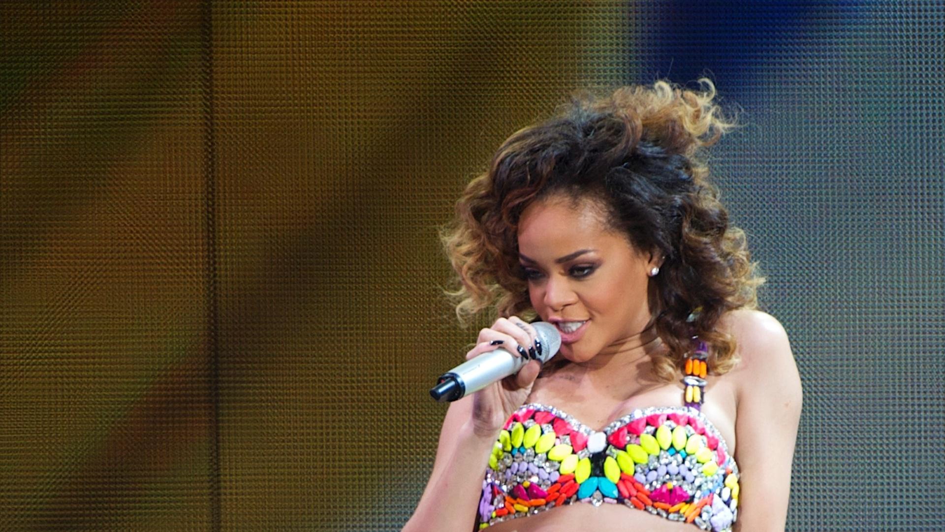 A cantora Rihanna em apresentação em Madrid, na Espanha (15/12/11)