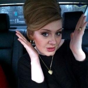 Depois de uma cirurgia na garganta, Adele posta foto no Twitter e afirma que está bem