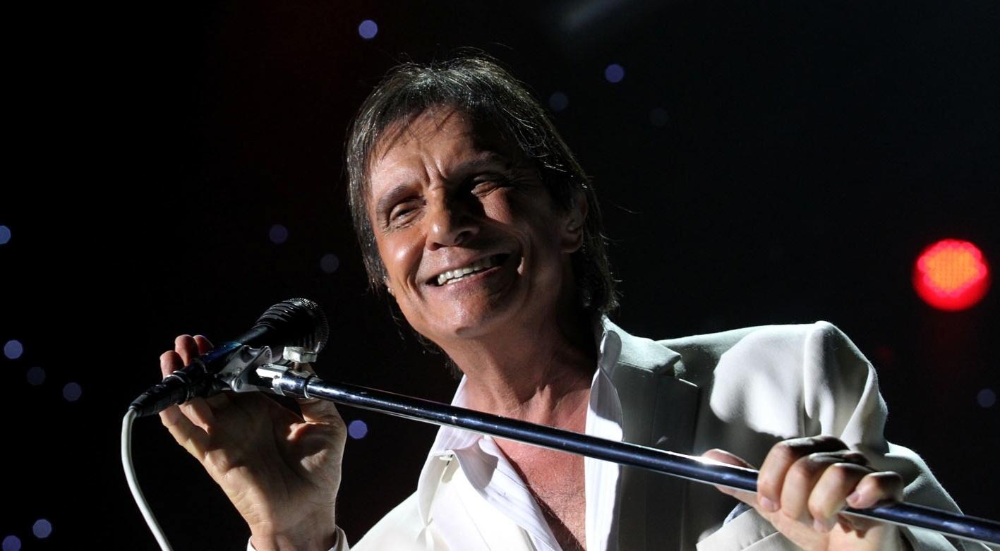 Roberto Carlos faz show no Rio e conta com a presença da rainha de bateria da Beija-Flor, Raíssa Oliveira (20/12/11)