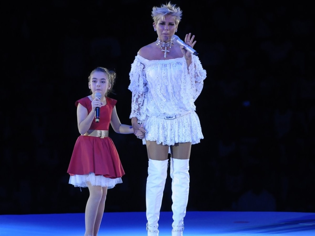 Com participao da atriz mirim, Klara Castanho, Xuxa faz show beneficente em So Paulo (22/12/11)