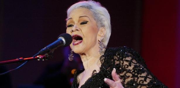 Em cadeira de rodas, Etta James se apresenta no 26º Playboy Jazz Festival em Hollywood (19/6/2004)