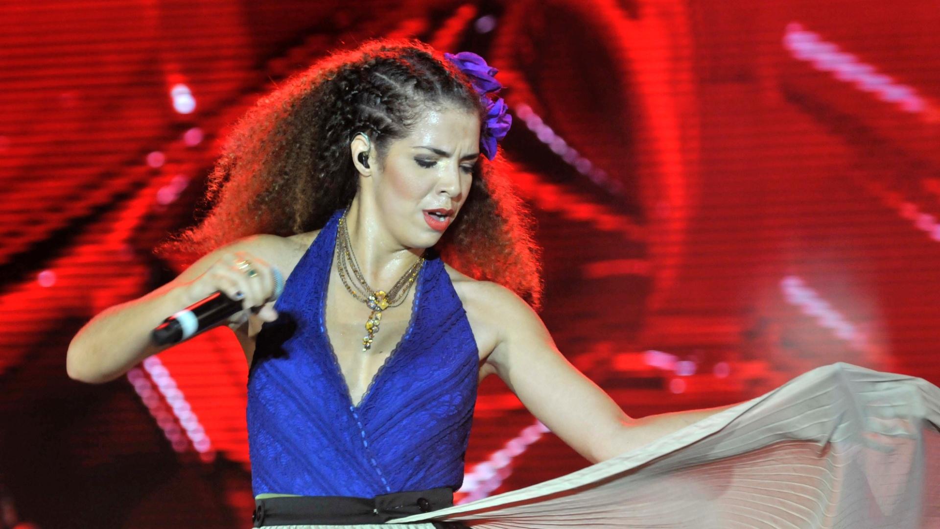 A cantora Vanessa da Mata abre o segundo dia do Festival de Verão de Salvador, no palco principal (26/1/12)