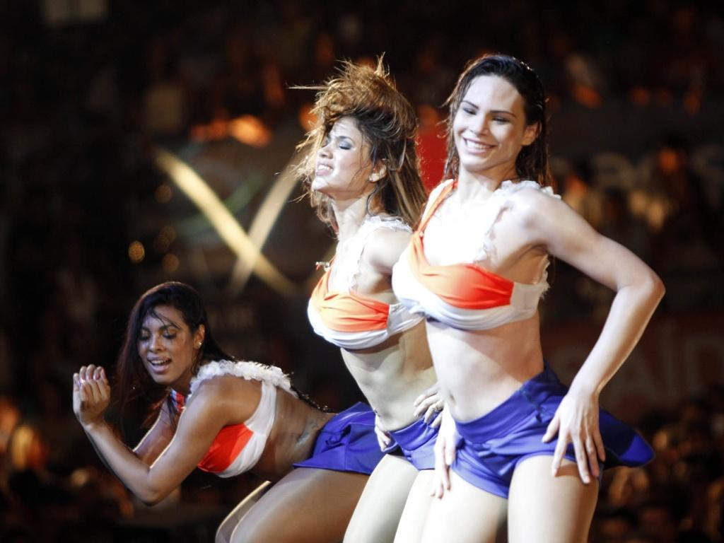 Rayssa Melo, à direita, da banda Aviões do Forró em show no Festival de Verão de Salvador