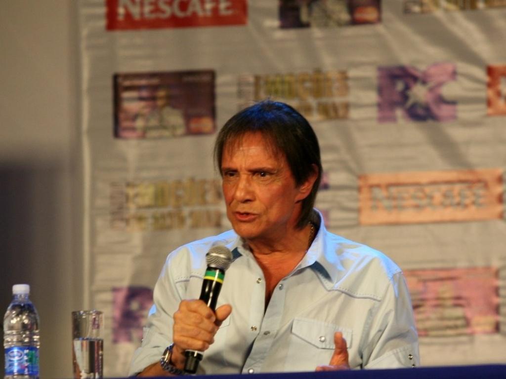 Roberto Carlos em coletiva de imprensa para anunciar a oitava edição do seu cruzeiro (5/2/2012)