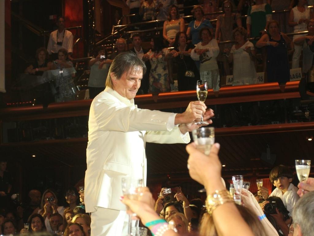 Roberto Carlos faz um brinde com a plateia do cruzeiro