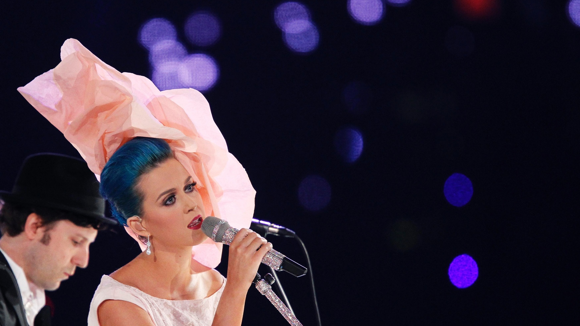 Katy Perry homenageia Paul McCartney nos EUA (10/2/12)