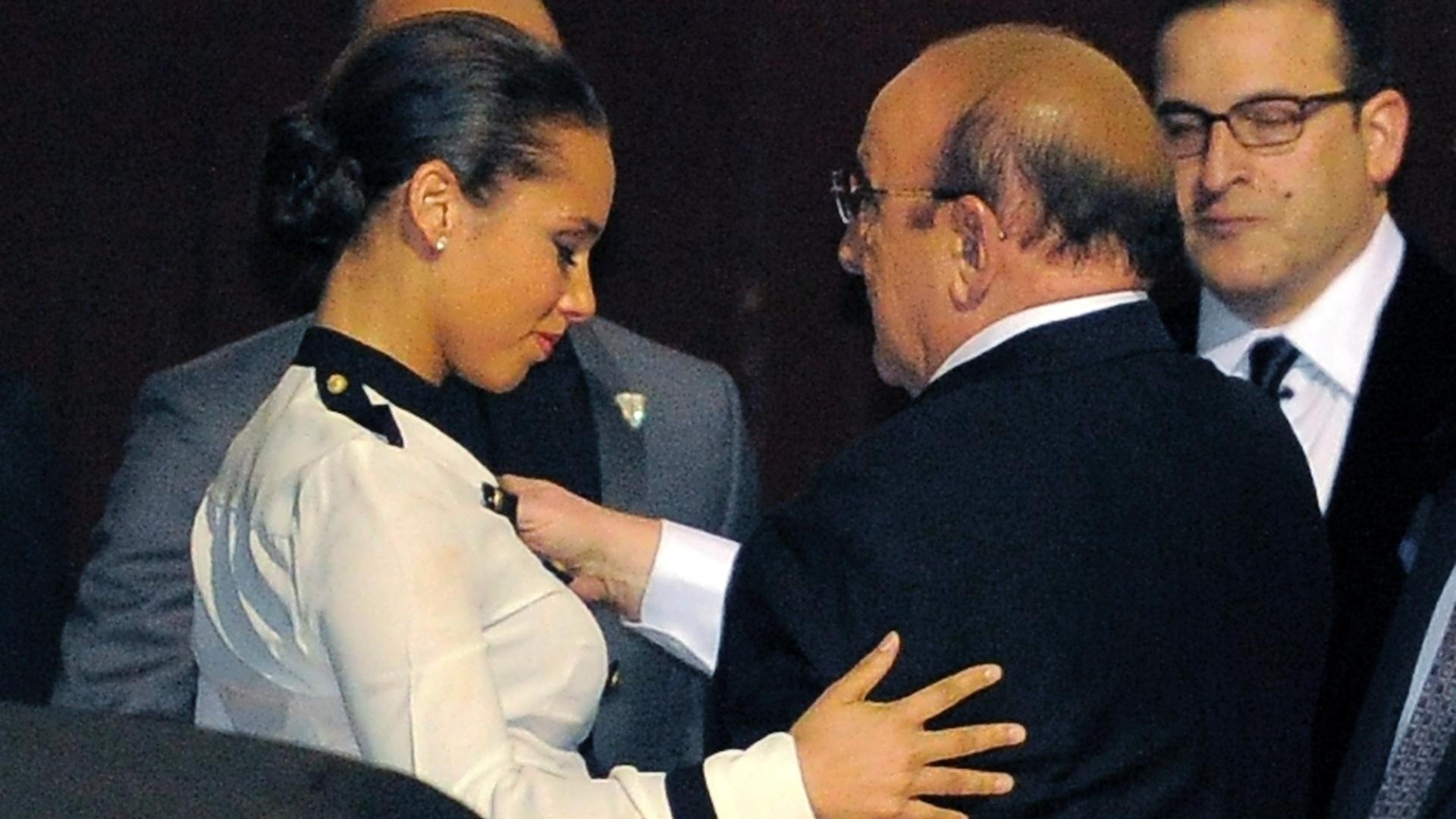 Alicia Keys abraça o produtor Clive Davis após show pré-Grammy no hotel Beverly Hilton em Los Angeles, EUA (11/2/12)