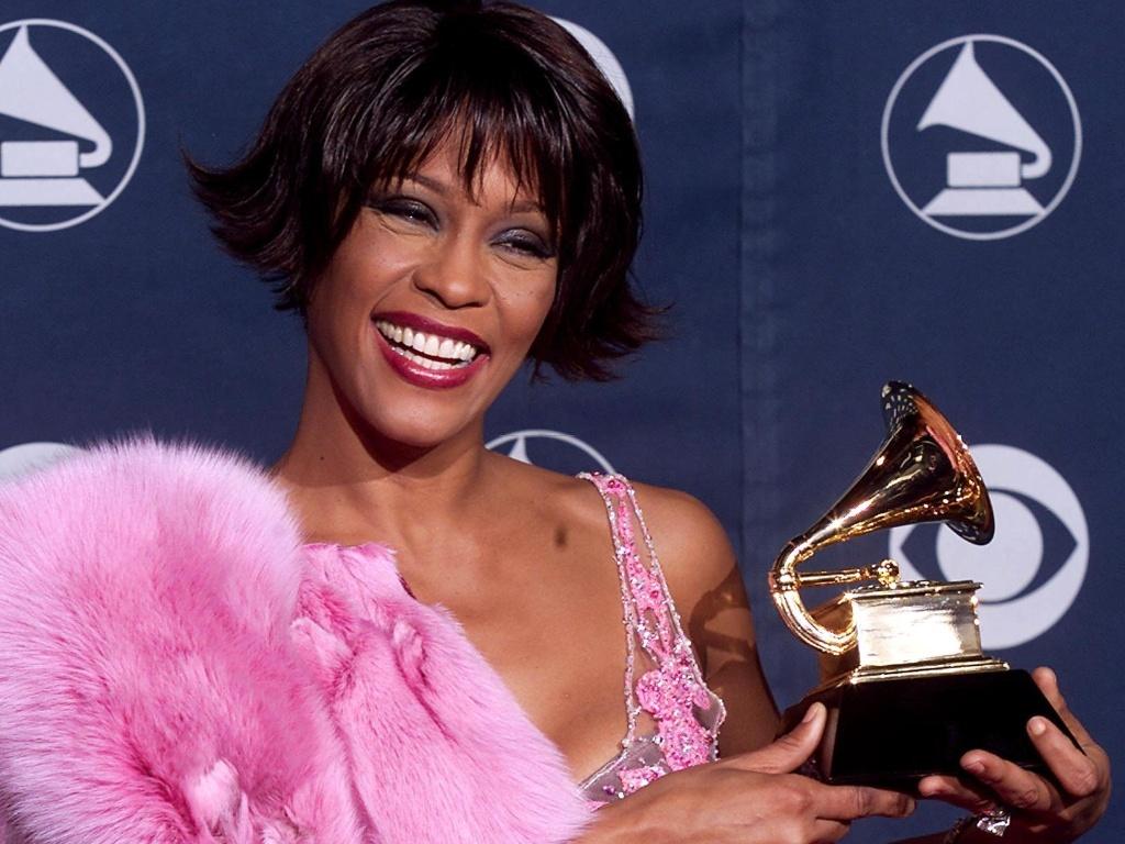Whitney Houston segura Grammy de melhor cantora de Rythm and Blues por