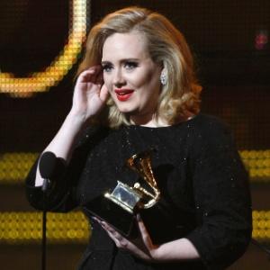 Adele recebe prêmio no Grammy 2012, no Staples Center, em Los Angeles (02/12/2012)