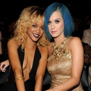 Com decotes generosos, Rihanna e Katy Perry posam para fotos na cerimnia do Grammy (12/2/12)