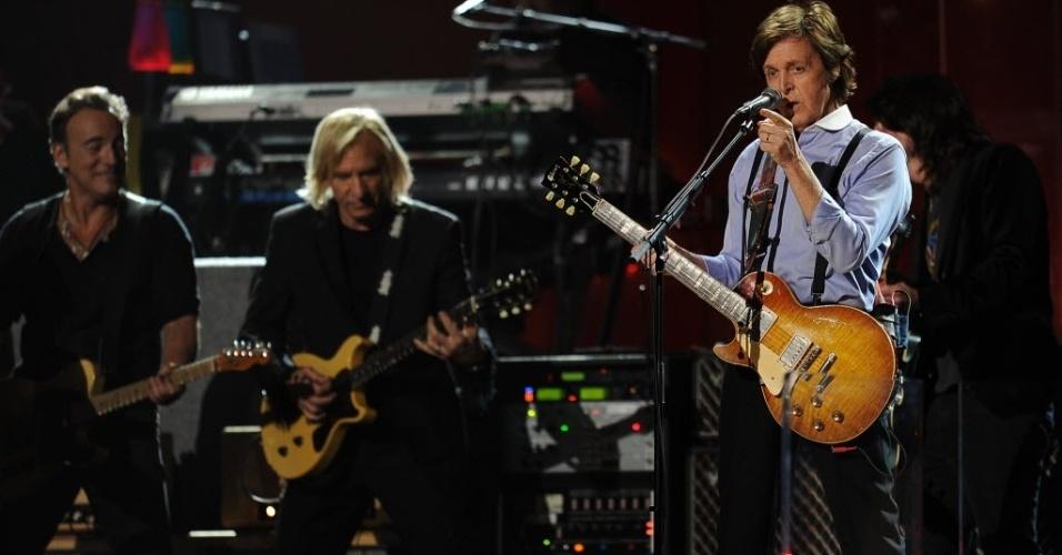 Paul McCartney se apresenta com convidados, dentre eles Bruce Springsteen (à esq.) na cerimônia de premiação do Grammy (12/2/2012)