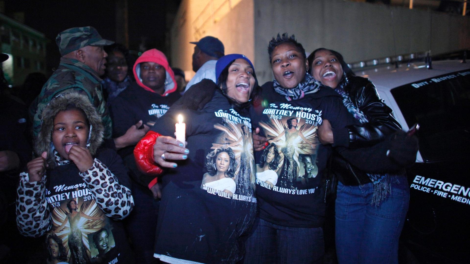 Fãs homenageiam Whitney Houston em New Jersey, onde irá ocorrer o velório da cantora (13/2/12)