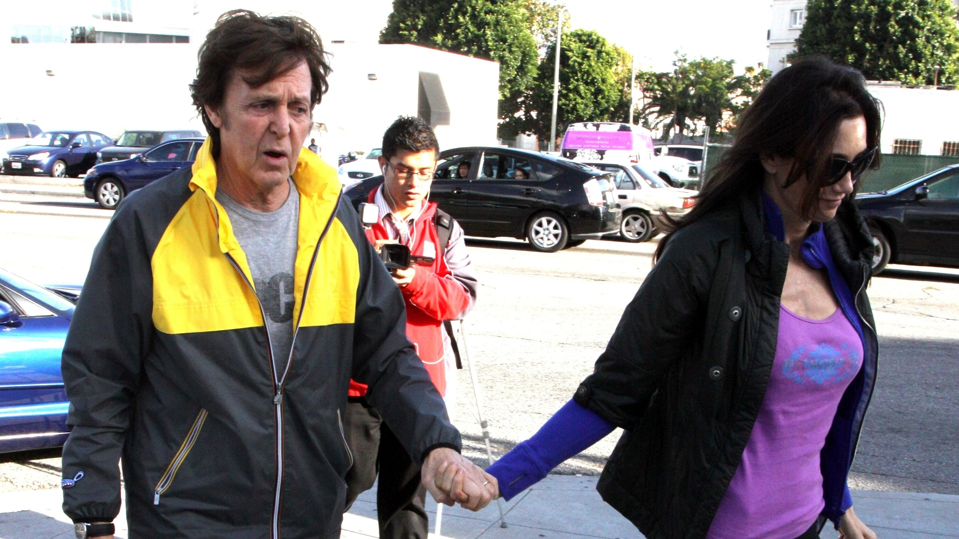 Paul McCartney e a mulher Nancy Shevell homenageiam Whitney Houston em frente ao hotel Beverly Hilton (13/2/12)