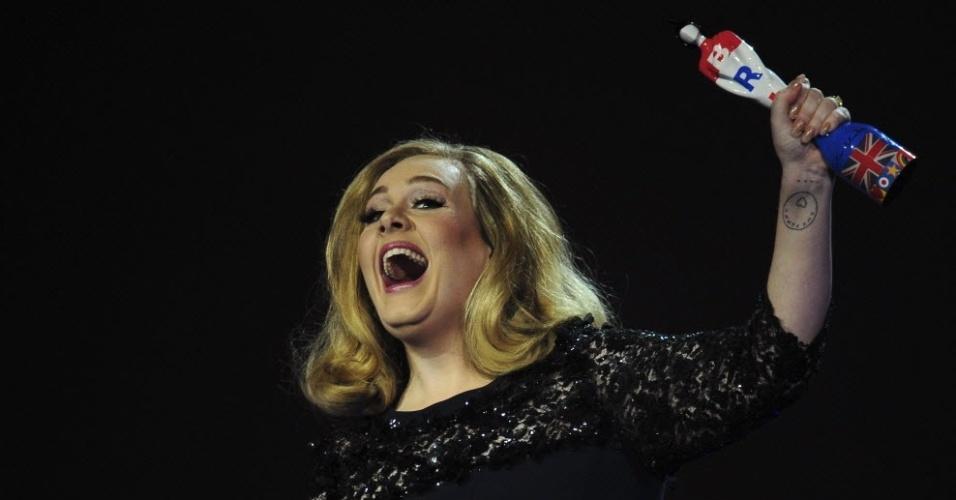 Adele comemora prêmio de melhor álbum britânico, por