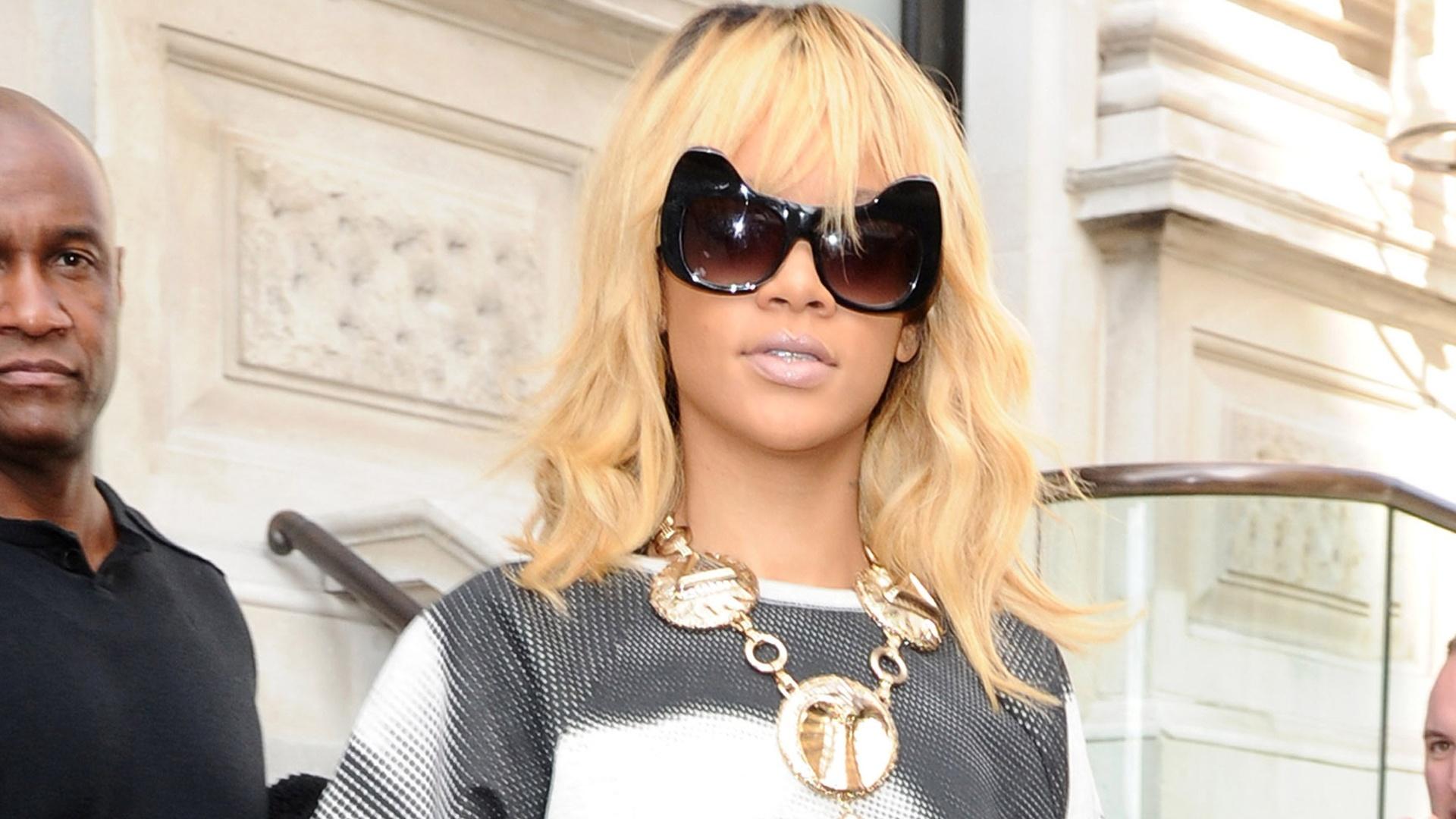 Rihanna deixa hotel em Londres usando uma camiseta com o rosto da atriz Elizabeth Taylor (27/2/12)