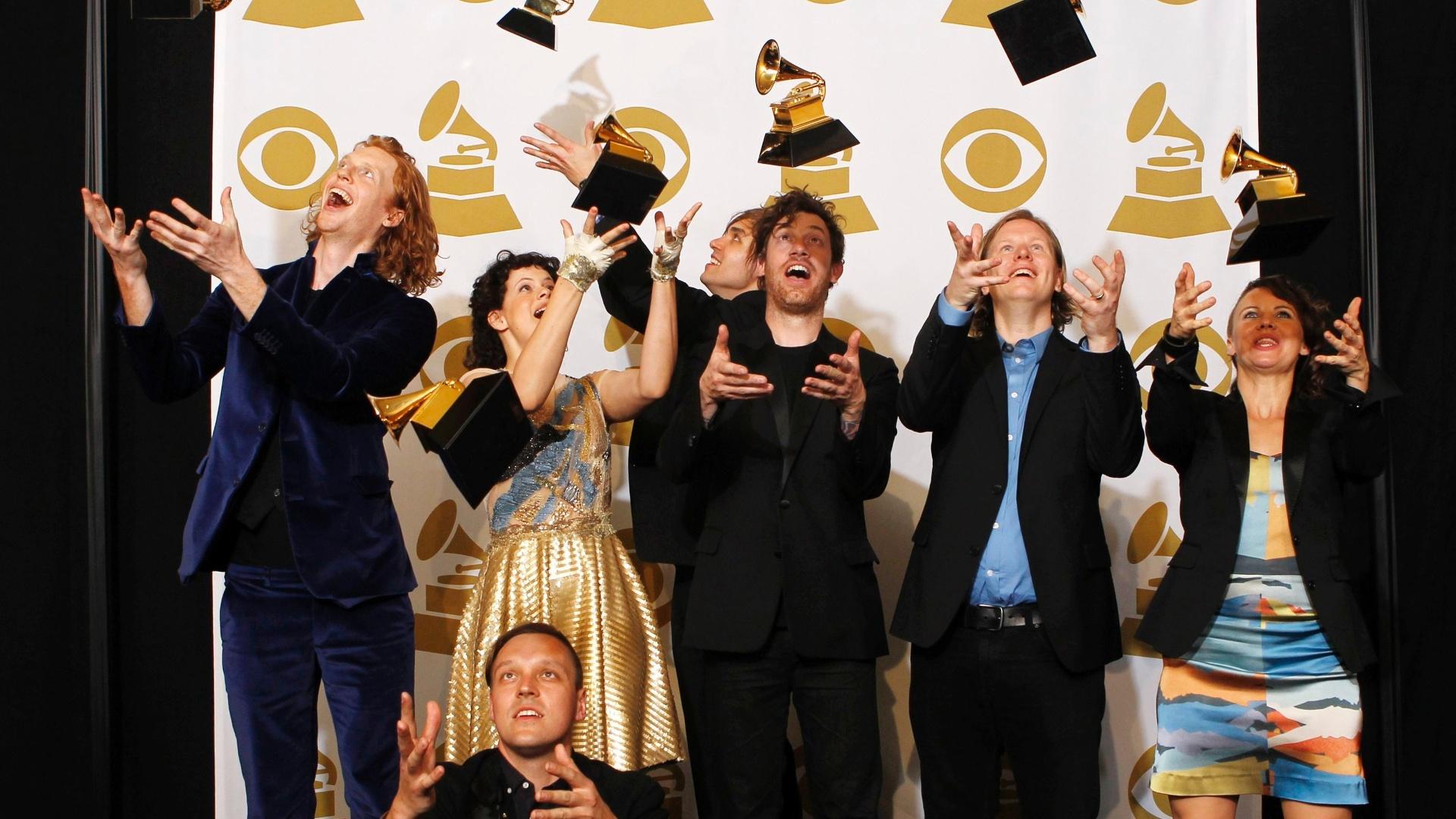 Banda Arcade Fire brinca com prêmios Grammy de Melhor Álbum do Ano pelo disco