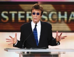 Robin Gibb faz discurso sobre John Travolta durante o 46th Golden Camera Awards em Berlim, Alemanha (5/2/11)