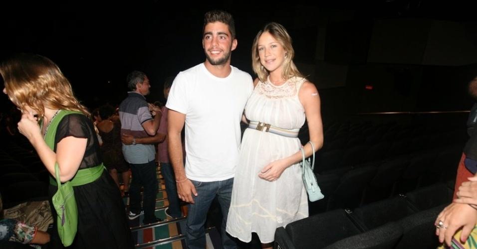 Grávida de nove meses, Luana Piovani e o marido Pedro Scooby vão ao show de Lenine, no Rio de Janeiro (20/3/12)