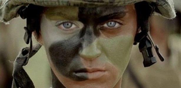 Katy Perry aparece com look militar em clipe