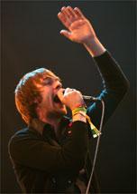 Tom Meighan, vocal do Kasabian, se apresenta no Glastonbury 2007