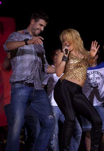 Shakira canta ao lado do namorado, o jogador Gerard Piqué, do Barcelona, durante show da turnê