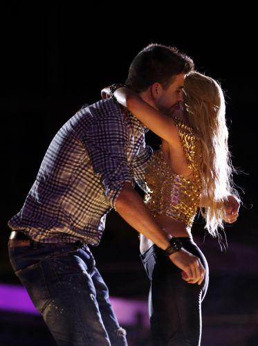Colombiana Shakira abraça o namorado Gerard Piqué, jogador do Barcelona, durante show da turnê do disco