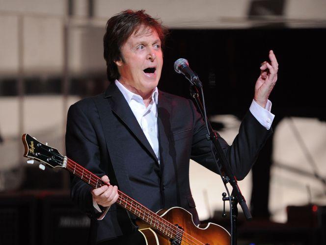 Paul McCartney se apresenta no Apollo Theater em Nova York, na segunda-feira (13/12/2010)