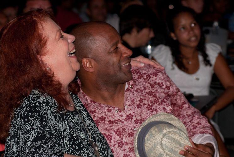 Na primeira fila, a cantora Beth Carvalho e o ator Aílton Graça prestigiaram o show de Arlindo Cruz no Citibank Hall, no Rio de Janeiro (06/01/2012)