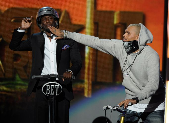 Host Kevin Hart e o cantor Chris Brown