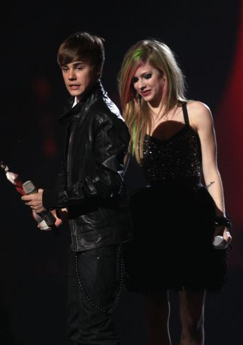 Depois de perder o Grammy no domingo, Justin Bieber recebe de Avril Lavigne o prêmio de revelação internacional, dedicado aos artistas não-britânicos, no Brit Awards 2011. Ele concorria com Bruno Mars, Glee Cast, The National e Temper Trap (15/02/2011)