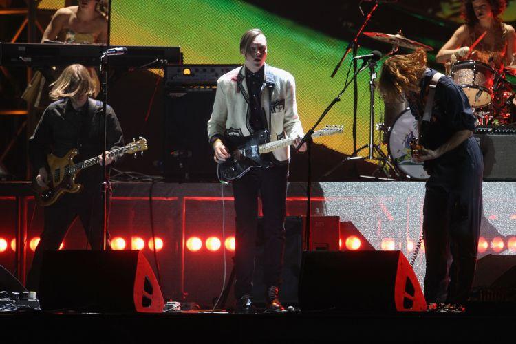No palco do Brit Awards 2011, o Arcade Fire toca seu single