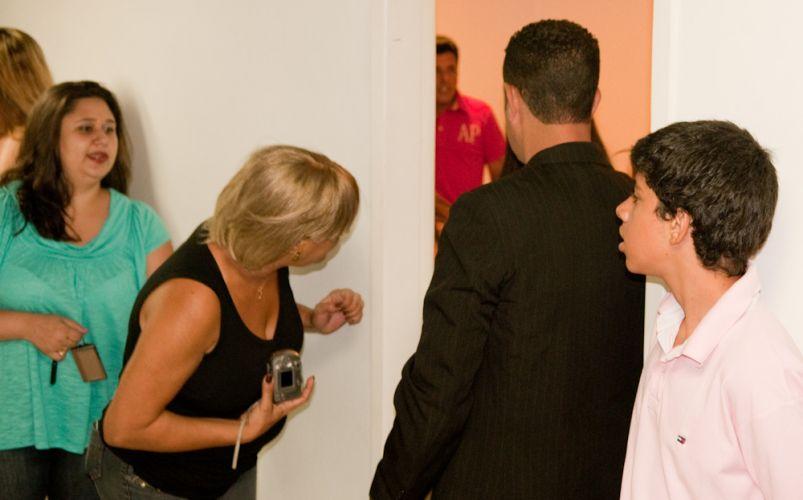 Fãs fazem fila pra tirar fotos com a dupla Bruno & Marrone, no camarim do Citibank Hall, no Rio de Janeiro (28/01/2011)