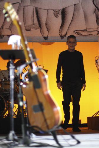 O cantor e compositor chega ao palco do HSBC Brasil para a apresentação da turnê