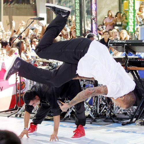 Chris Brown se apresenta no programa