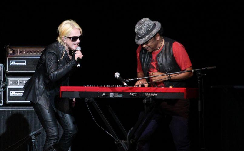 Cyndi Lauper canta durante apresentação no Via Funchal, em São Paulo (22/02/2011)