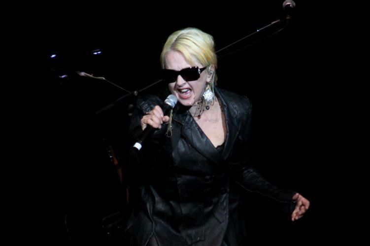 Cyndi Lauper canta durante show no Via Funchal, em São Paulo (22/02/2011)