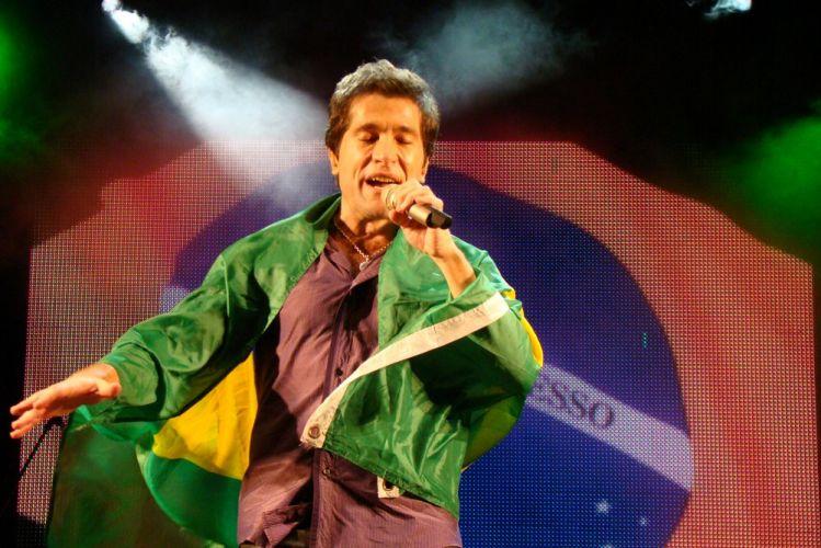 Enrolado na bandeira do Brasil, Daniel canta na primeira edição do Brazilian Day Portugal, no Passeio Marítimo de Algés, em Oeiras. O evento teve ainda Ricky Vallen, os africanos Irmãos Verdades e Abel Duere, a cantora de MPB Edna Pimenta, e a dupla Ana Carina e Márcio, entre outros (15/05/2011)
